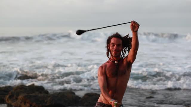 vidéos et rushes de ms ts rasta man spinninig poi balls with ocean / montezuma, punteranes, costa rica - kelly mason videos