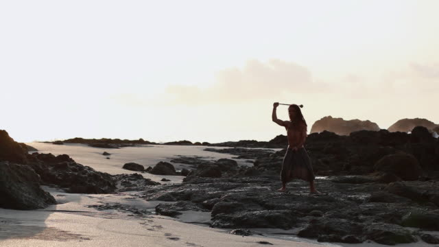vidéos et rushes de ms rasta man standing on volcanic rock spinning poi balls with ocean / montezuma, punteranes, costa rica - kelly mason videos
