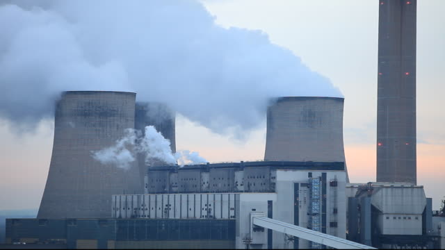 ratcliffe on soar power station in nottinghamshire, uk, a massive cola fired power station which is contributing huge quantities of c02 to the atmosphere and driving climate change. - stromnetz stock-videos und b-roll-filmmaterial