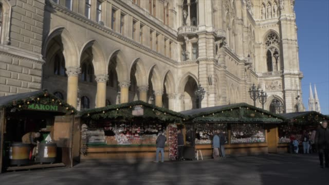 rathaus and christmas market in rathausplatz at christmas, vienna, austria, europe - rathaus video stock e b–roll
