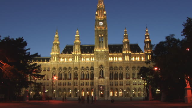vidéos et rushes de ws, rathaus (city hall) illuminated at dusk, vienna, austria - rathaus