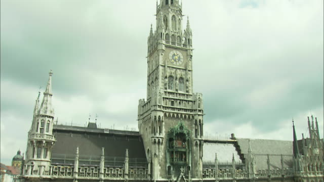 vidéos et rushes de ws td ha tu rathaus (city hall) with glockenspiel and marienplatz with st. mary's column munich, bavaria, germany - rathaus