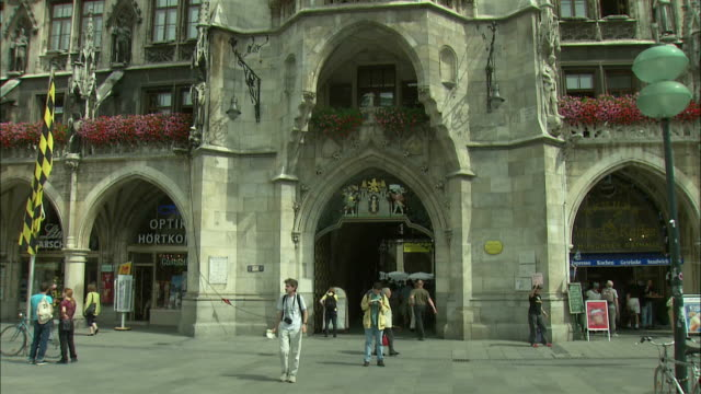 vidéos et rushes de ms tu la rathaus (city hall) with glockenspiel, munich, bavaria, germany - rathaus