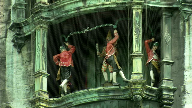 vidéos et rushes de ms rathaus-glockenspiel with moving figurines of dancers, munich, bavaria, germany - rathaus