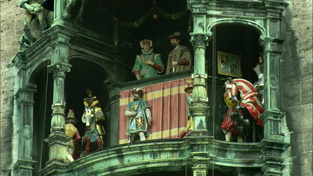 vidéos et rushes de ms rathaus-glockenspiel with moving figurines of musicians and duke wilhelm v with his wife renata of lothringen, munich, bavaria, germany - rathaus