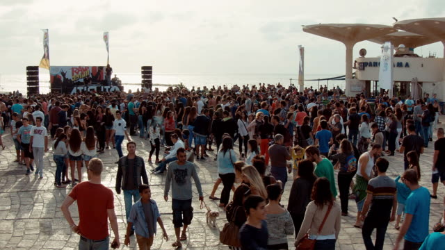 w/s rave party on a public square in tel aviv at the sea site. - イスラエル点の映像素材/bロール