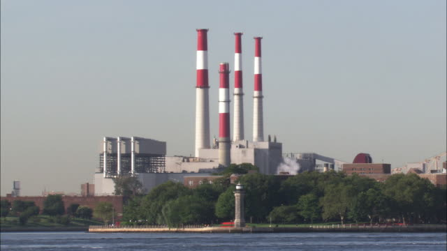 ravenswood power plant - 工場の煙突点の映像素材/bロール
