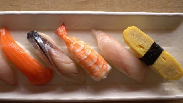roh und frisch nigiri sushi - essbesteck stock-videos und b-roll-filmmaterial
