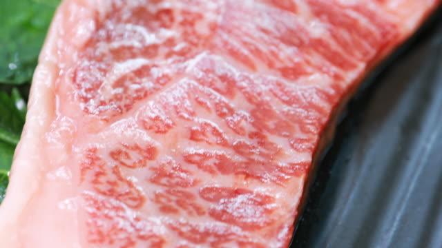 生牛肉のステーキ グリル既に準備します。 - 未加工点の映像素材/bロール