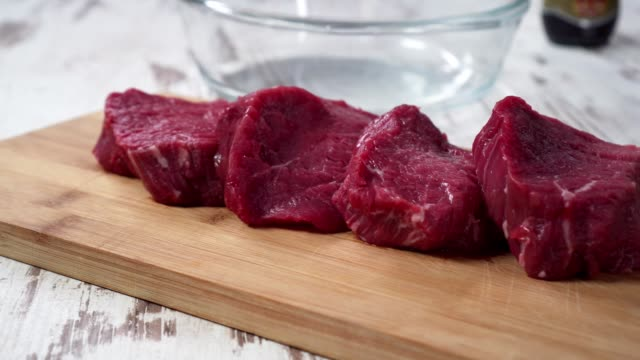 rohes rindfleisch, für das kochen vorbereiten - kalbfleisch stock-videos und b-roll-filmmaterial