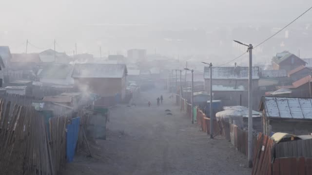 vidéos et rushes de raw coal being burned, causing significant air pollution in ulaanbaatar, capital of mongolia - mongolie indépendante