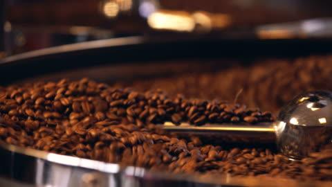 vídeos y material grabado en eventos de stock de café crudo en grano removiendo - hispanoamérica