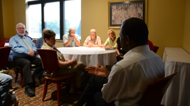raw footage of ben carson speaking to a small private group of supporters in cedar falls iowa - allgemeine wahlen stock-videos und b-roll-filmmaterial