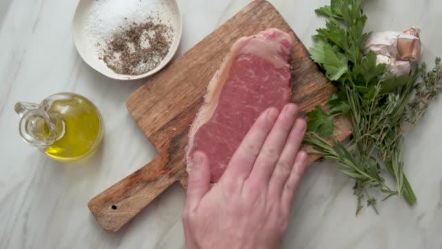 stockvideo's en b-roll-footage met rauwe verse biefstuk met ingrediënten - ingrediënt