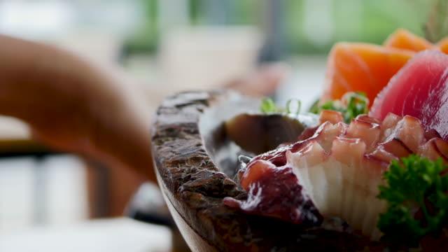 vídeos de stock, filmes e b-roll de sashimi fresco cru - estilo de comida japonesa - sashimi