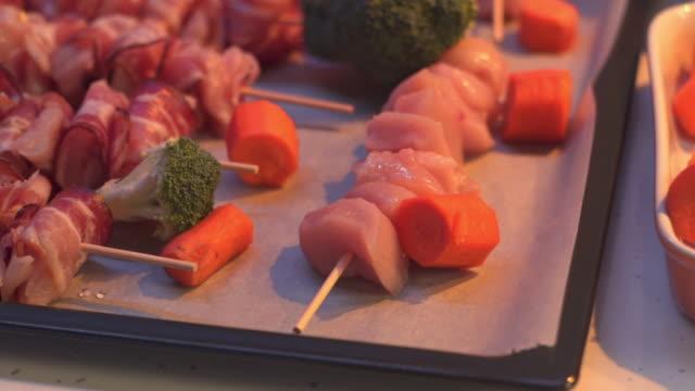 stockvideo's en b-roll-footage met rauw vlees en groenten klaar om te koken - piercen