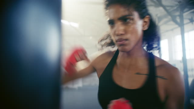 vídeos de stock e filmes b-roll de raw punching power - artes marciais