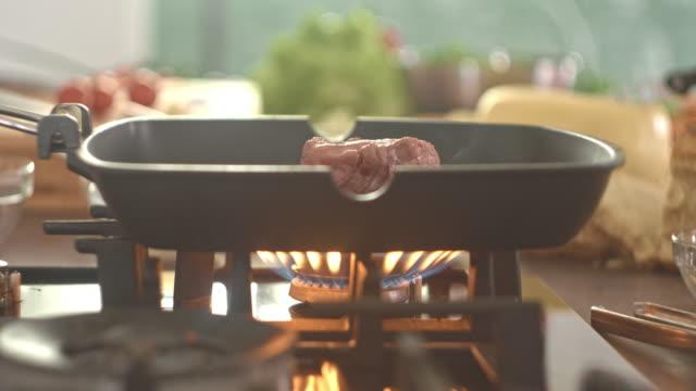 vídeos de stock, filmes e b-roll de bife cru grelhar na frigideira - grill