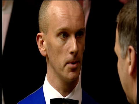 vídeos de stock, filmes e b-roll de ray stubbs interviews peter ebdon who pays tribute to his victorious opponent graeme dott, world snooker championship final, crucible theatre,... - gravata borboleta