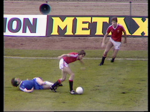 ray wilkins cuts inside and curls lovely left foot shot into top corner to put manchester united into 2-1 lead against brighton and hove albion, 1983... - 決勝戦点の映像素材/bロール