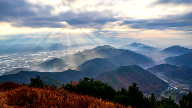 rays of sunlight over jongnamsan mountain and miryang field in gyeongsangnam-do, miryang, south korea - 太陽光線点の映像素材/bロール