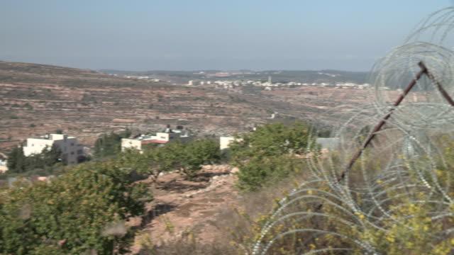 vídeos de stock, filmes e b-roll de razor wire, israel and palestine - controle