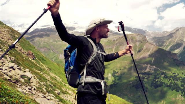 vídeos y material grabado en eventos de stock de llegando a la cumbre. hombre feliz en la cima de la montaña - brazo humano