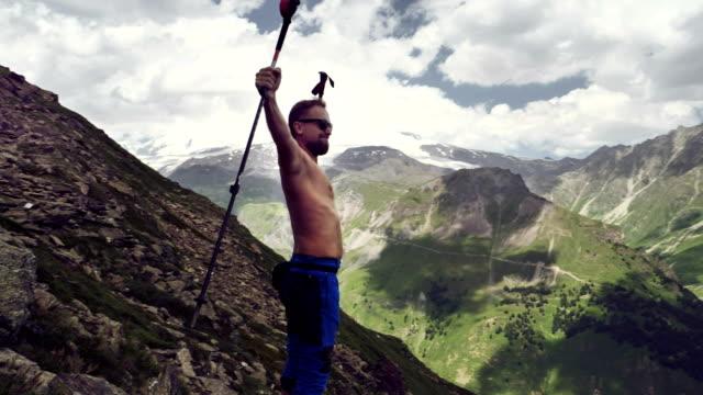 vídeos y material grabado en eventos de stock de llegando a la cumbre. camisa hombre de pie en la cima de la montaña - brazo humano