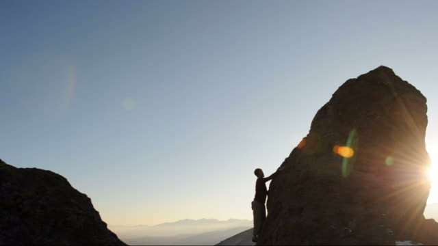 stockvideo's en b-roll-footage met reaching the summit - free climbing