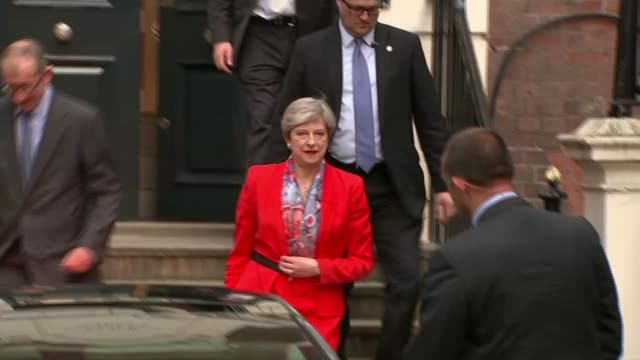 vídeos de stock, filmes e b-roll de reaction to theresa may comments on leading the conservative party into the next general election lib / 962017 london ext theresa may and husband... - marido