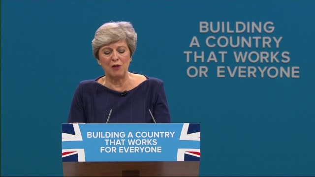 vídeos de stock, filmes e b-roll de reaction to theresa may's speech at conservative party conference 4102017 theresa may mp giving speech as letter 'f' falls from backdrop - partido conservador britânico