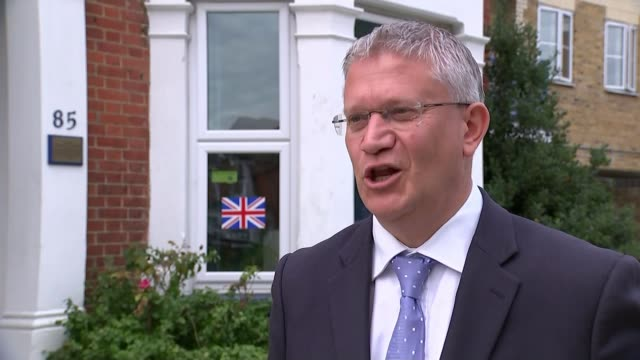 vídeos de stock e filmes b-roll de reaction to theresa may's speech on brexit england ext andrew rosindell mp interview sot brighton jeremy corbyn mp arriving and shaking hands with... - east sussex