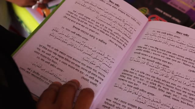 vídeos y material grabado en eventos de stock de readers have a look at books at an islamic book fair in front of baitul mukarram mosque in the capital yesterday the monthlong fair organised by... - koran