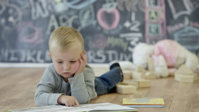 Lezen van een boek in kinderdagverblijf