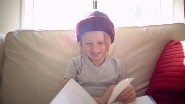 vídeos de stock e filmes b-roll de reading a book - gorro de lã