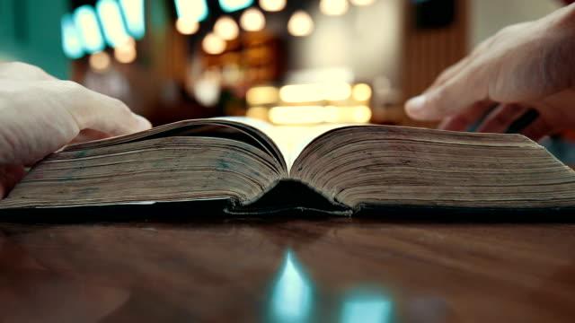 古い本を読む - 歴史点の映像素材/bロール