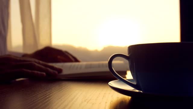 コーヒー付き読書 - 屋内点の映像素材/bロール