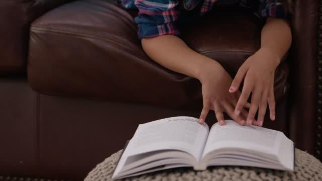 stockvideo's en b-roll-footage met bij het lezen van een jonge leeftijd - prentenboek