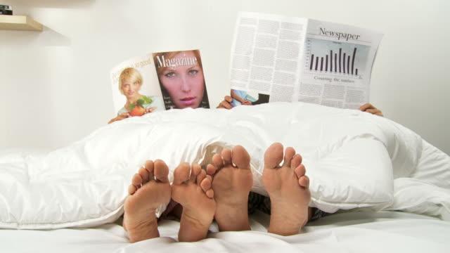 vídeos de stock, filmes e b-roll de hd: leitura na cama - desire