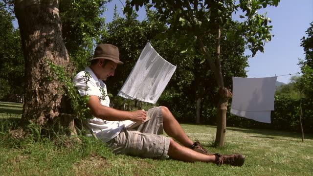 Lecture dans le jardin