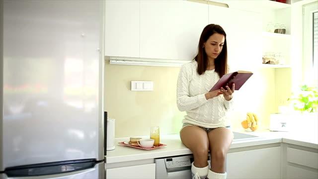 lesung in der küche - vorlesen stock-videos und b-roll-filmmaterial