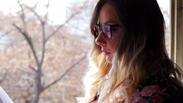 stockvideo's en b-roll-footage met lezen is mijn passie - leesbril