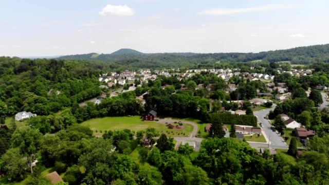 vidéos et rushes de reading pennsylvania village and forrest surrounding - pennsylvanie