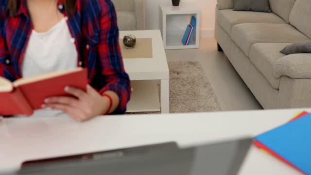 stockvideo's en b-roll-footage met lezen van het boek - leesbril