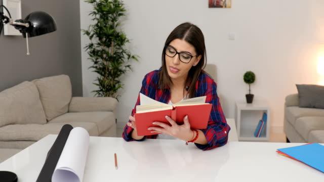 vídeos de stock, filmes e b-roll de lendo o livro - óculos de leitura