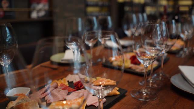 ワインセラーでスナックとおいしいワインテイスティングの準備ができて - ワインバー点の映像素材/bロール