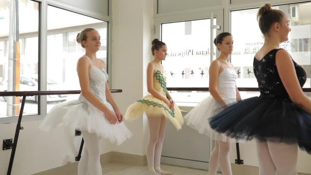bereit für die durchführung - ballettstudio stock-videos und b-roll-filmmaterial