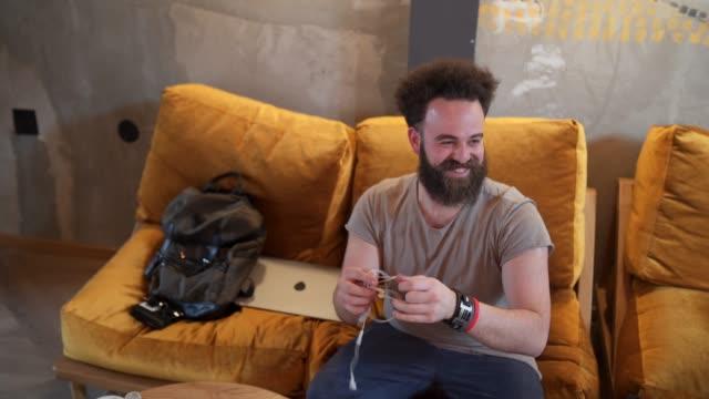 vídeos de stock e filmes b-roll de ready for relaxing day - masculinidade moderna