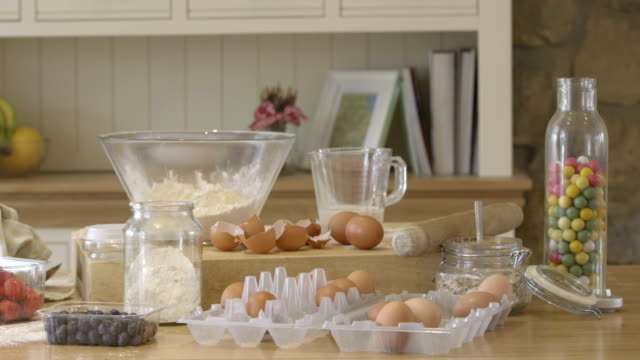 vídeos de stock e filmes b-roll de pronto para fazer doces bolos alguns! - domestic room