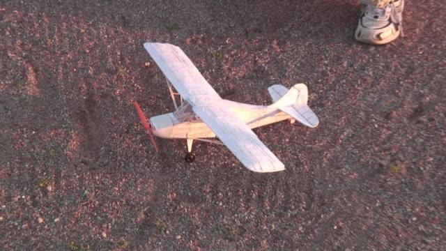 ready to fly-hd 1080 i/60 - modellflugzeug stock-videos und b-roll-filmmaterial